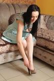 Une femme met chausse dessus se reposer sur le divan photos libres de droits