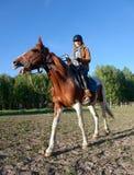 Une femme montant un cheval Photo stock