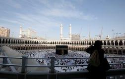 Une femme Muslimah prend la photo de Kaaba Images libres de droits