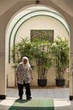 Une femme musulmane dans une mosquée Photos stock