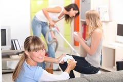 Une femme nettoyant à l'aspirateur a Photos libres de droits