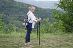 Une femme occup?e ? marcher nordique en parc Style de vie sain images libres de droits