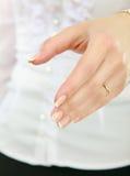 Une femme offrant une poignée de main, sur le blanc Images stock