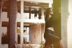 Une femme ou une fille convoitée se tient au milieu d'un bui abandonné Photos libres de droits