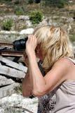 Une femme photographie la carrière de craie Photographie stock