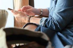 Une femme plus âgée à l'aide du téléphone intelligent Photos libres de droits
