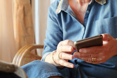Une femme plus âgée à l'aide du téléphone intelligent Photographie stock libre de droits