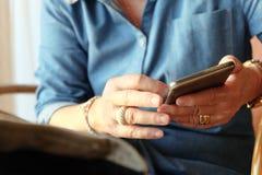 Une femme plus âgée à l'aide du téléphone intelligent Photo libre de droits