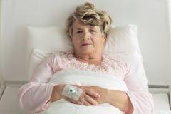 Une femme plus âgée avec IV l'égouttement images libres de droits
