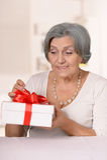 Une femme plus âgée avec le cadeau Photographie stock