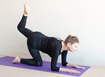 Une femme plus âgée dans la pose de yoga sur des coudes Photo stock