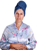 Une femme plus âgée dans la robe de chambre d'isolement au-dessus du blanc Photo stock