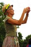 Une femme plus âgée de festival de Glastonbury dans le chapeau de marguerite Photo stock