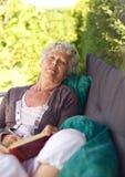 Une femme plus âgée dormant dans l'arrière-cour Photos libres de droits