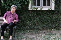 Une femme plus âgée, femelle pluse âgé avec ennuyé, renversement, expression triste S Images libres de droits