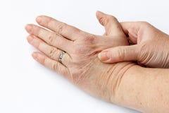 Une femme plus âgée a la douleur dans des ses mains Images stock
