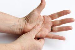 Une femme plus âgée a la douleur dans des ses mains Photos libres de droits