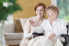 Une femme plus âgée parle avec l'infirmière Image stock
