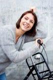 Une femme plus âgée souriant avec le vélo Photos libres de droits