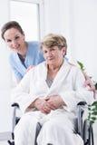 Une femme plus âgée sur un fauteuil roulant Photo libre de droits
