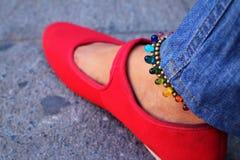 Une femme portant les chaussures rouges avec des jeans Image stock