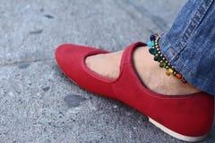 Une femme portant les chaussures rouges avec des jeans Images libres de droits