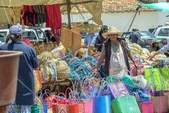 Une femme portant un tablier photographie stock libre de droits