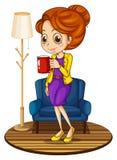 Une femme près du divan bleu tenant une tasse rouge illustration de vecteur