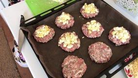 Une femme prépare la nourriture Biftecks de viande hachée avec des pommes de terre, des oeufs et le fromage Cuisson des étapes et banque de vidéos