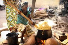 Une femme prépare le gruau de maïs dans Winneba, Ghana images stock