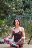 Une femme pratique le yoga sur le porche d'une vieille maison en bois image libre de droits