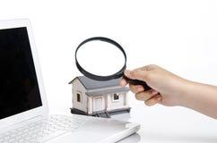 Une femme recherche une maison Photo stock