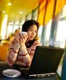 Une femme regardant à l'extérieur sur l'emballement d'aéroport Photos stock