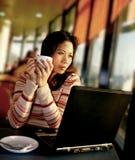 Une femme regardant fixement à l'extérieur sur l'emballement d'aéroport Photos libres de droits