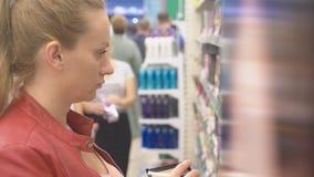 Une femme regardant une vitrine dans le magasin 4k, tache floue de fond clips vidéos