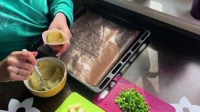 Une femme remplit sac de pâtisserie de la purée de pommes de terre Le fromage, les oignons coupés en tranches et les champigno clips vidéos