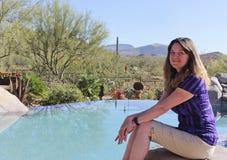Une femme repose le Poolside dans le désert du ` s Sonoran de l'Arizona image libre de droits
