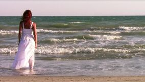 Une femme rousse au bord de la mer banque de vidéos