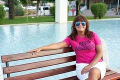 Une femme s'asseyant sur un banc en Turquie image stock