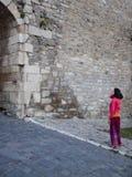 Une femme s'est habillée dans le style oriental dans le château Image stock