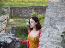 Une femme s'est habillée dans les supports orientaux de style dans le château Images stock