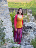Une femme s'est habillée dans les supports orientaux de style dans le château Images libres de droits