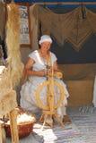 Une femme s'est habillée en laine médiévale de rotations de vêtement Images libres de droits