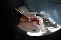 Mains de lavage Photos libres de droits