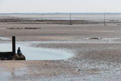 Une femme se tient sur la plage en Bernerie-en-Retz de La (les Frances) Images libres de droits