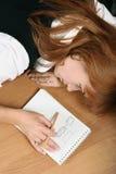 Une femme semble fatiguée Photos libres de droits
