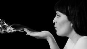Une femme soufflant un baiser Images stock
