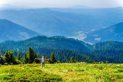 Une femme supérieure sur le flanc de coteau de Tod Mountain dans AVANT JÉSUS CHRIST le Canada photo libre de droits