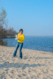 Une femme tenant le bourdon, le quadrocopter et le havin à distance de contrôleur Photographie stock