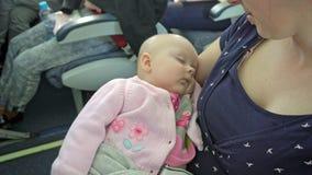 Une femme tenant son enfant sur un avion image stock